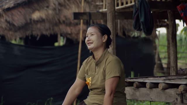 m/s burmese woman in the door of her house - ミャンマー点の映像素材/bロール