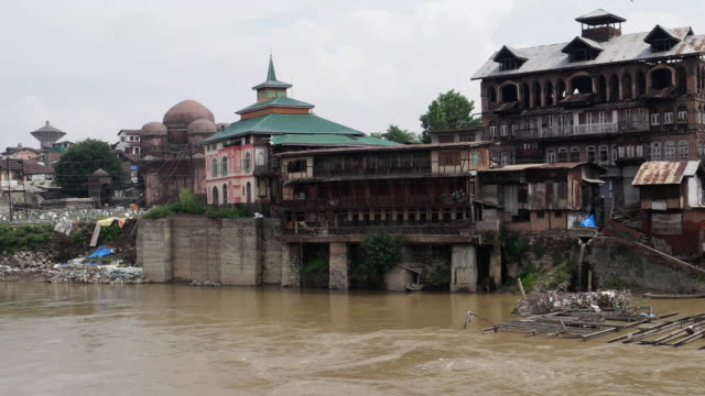 a burned and abandoned house on the banks of river jhelum in the old city of kashmir - jammu e kashmir video stock e b–roll