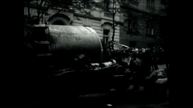 vídeos de stock e filmes b-roll de burned out vehicles at the height of the prague spring invasion. - república checa