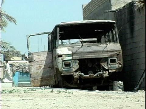 vidéos et rushes de burned van on roadside / mahmudiyah, iraq / audio - ruiné
