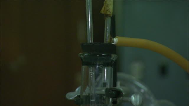 a burner heats a liquid in a glass beaker. - ブンセン灯点の映像素材/bロール