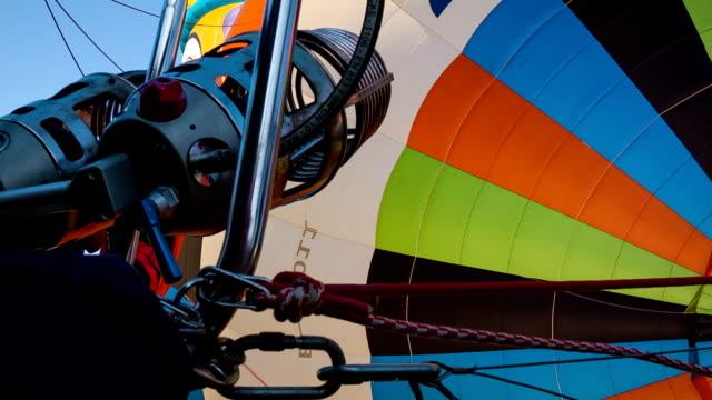 herd bereiten sie auf einen hot air balloon - luxor stock-videos und b-roll-filmmaterial