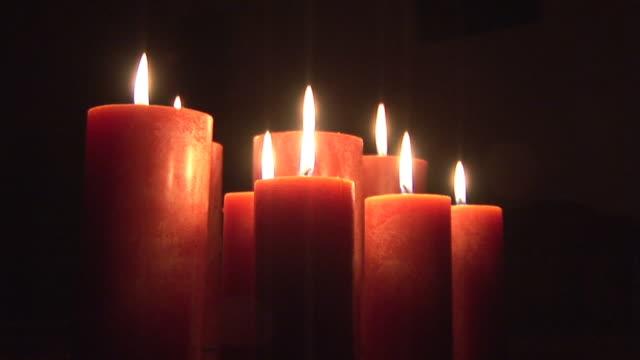vidéos et rushes de cu, zi, burning candles - groupe moyen d'objets