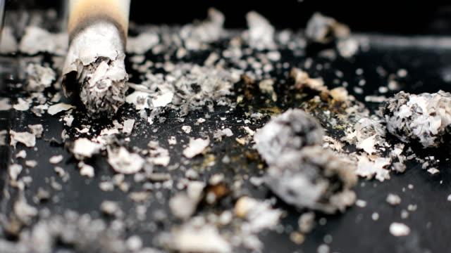 vidéos et rushes de brûlure de cigarette, cendres, macro - cigarette