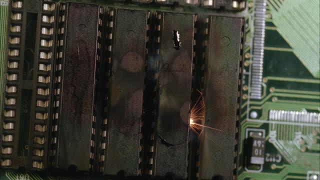 vidéos et rushes de ecu, burning circuit board - un seul objet