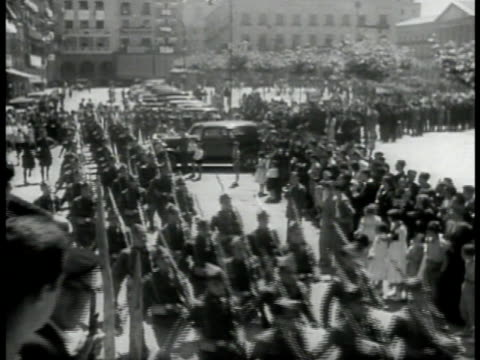 vidéos et rushes de burning collapsed building ha ws spanish soldiers marching in parade on street vs destroyed tanks ha ms pile of rifles firearms ws war torn village... - réfugié
