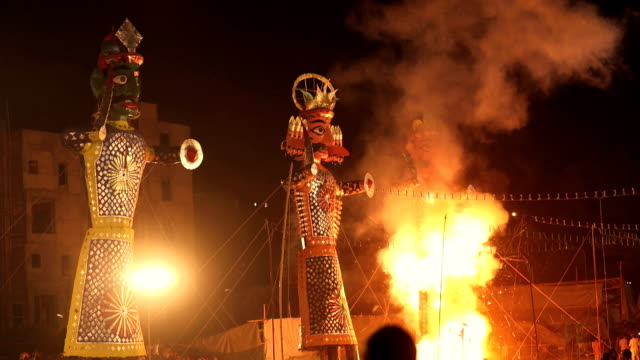 burning effigy in dussehra festival, delhi, india - dashahara stock-videos und b-roll-filmmaterial