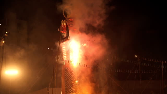 burning effigy in dussehra festival, delhi, india - dashahara stock-videos und b-roll-filmmaterial