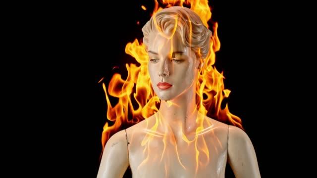 vídeos y material grabado en eventos de stock de maniquí femenino slo mo ardiente - quemar