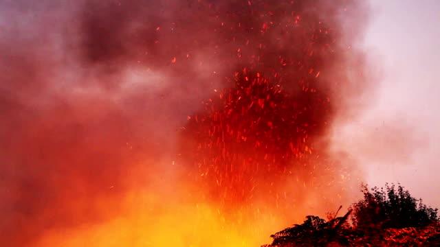 vidéos et rushes de brûler le feu dans la nuit - brasier