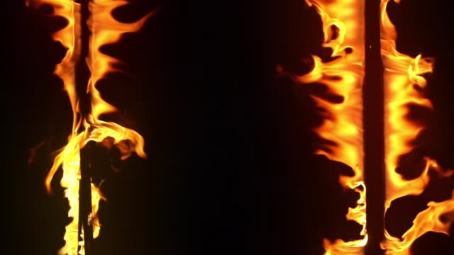 スローモーションで火の炎を燃やす - 可燃性点の映像素材/bロール