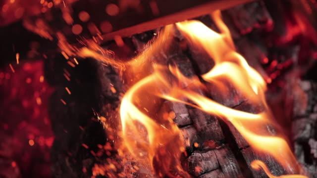 vidéos et rushes de burning firewood - bois