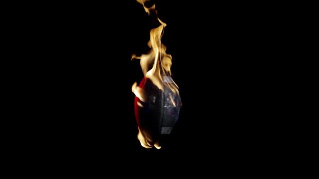 vidéos et rushes de burning football vertical - un seul objet