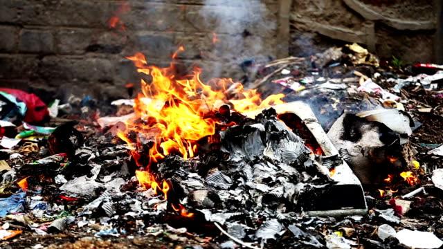 vídeos de stock, filmes e b-roll de queima de lixo - queimado