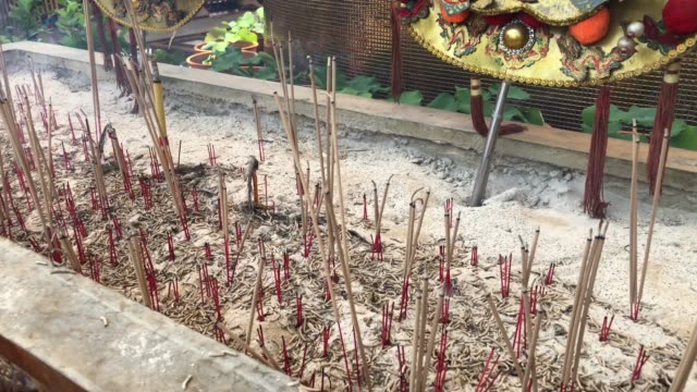 burning incense - chinesisches laternenfest stock-videos und b-roll-filmmaterial