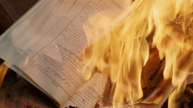 vídeos de stock, filmes e b-roll de cu burning islamic books/ istanbul - turquia