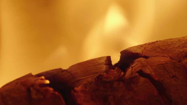 stockvideo's en b-roll-footage met branden van logboeken in een open haard - schoorsteen