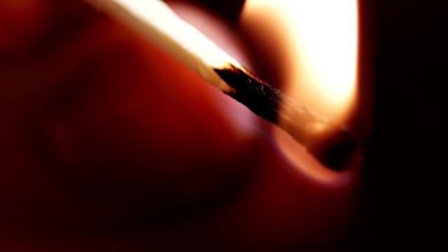 stockvideo's en b-roll-footage met burning match slow motion (1080p) - menselijke vinger