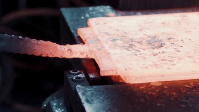 vidéos et rushes de burning metal - artisanat