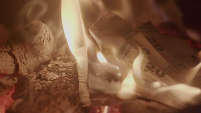 vidéos et rushes de brûler de l'argent au ralenti réel - braqueur de banque