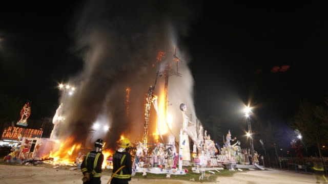 burning monument falla nou campanar 2009 in fallas festival of valencia - sculpture stock-videos und b-roll-filmmaterial