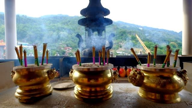 Verbrennen von Weihrauch in Topf im chinesischen Tempel in Penang, Malaysia
