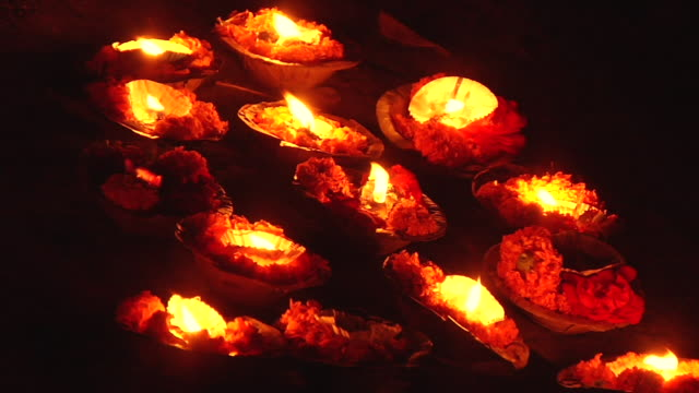 stockvideo's en b-roll-footage met cu burning oil lamps at ghat in ganges river / varanasi, uttar pradesh, india - middelgrote groep dingen