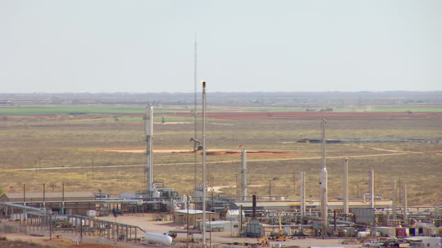 vidéos et rushes de ms aerial ts burning oil tower at permian oil field in hill country / texas, united states - texas