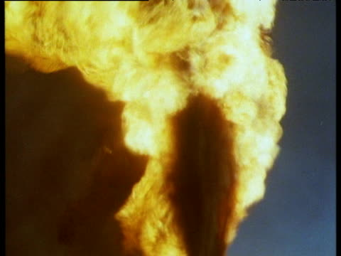 burning oil well spews flames and toxic smoke, kuwait, 1991 - golfstaaten stock-videos und b-roll-filmmaterial