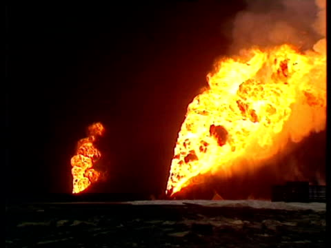 burning oil wells, gulf war: kuwait, 1991. - golfstaaten stock-videos und b-roll-filmmaterial