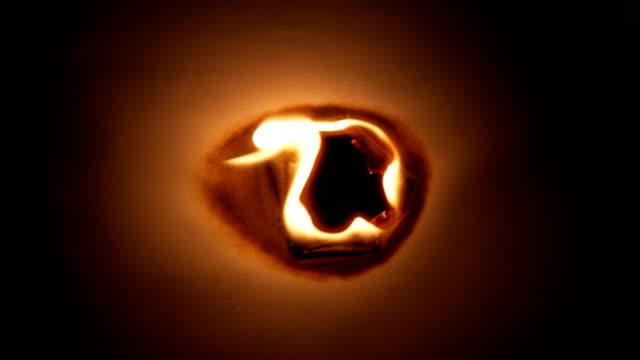 vidéos et rushes de papier brûlant sur le fond noir - brûler