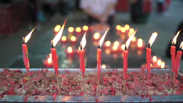 vidéos et rushes de bougie rouge brûlante, traditionnelle chinoise. - respect