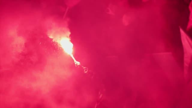 夜に燃え上がる赤いフレア - 燃焼煙突点の映像素材/bロール