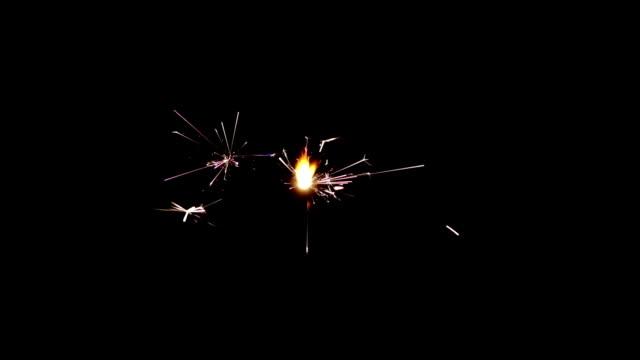 ピッチの周囲の黒い輝きを燃焼 - 玩具花火点の映像素材/bロール