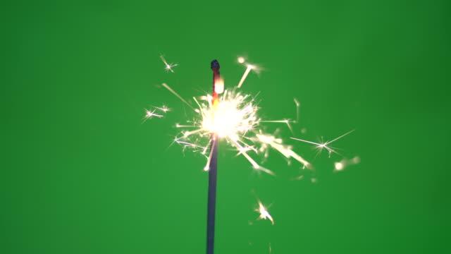 brennende wunderkerze auf green-screen 4k - energieindustrie stock-videos und b-roll-filmmaterial