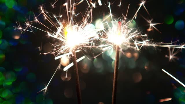 vídeos y material grabado en eventos de stock de 4 k : quema bengala - dos objetos