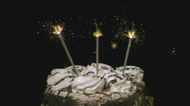vídeos y material grabado en eventos de stock de cu slo mo burning sparklers on top of birthday cake / burbank, california, usa - hot cakes