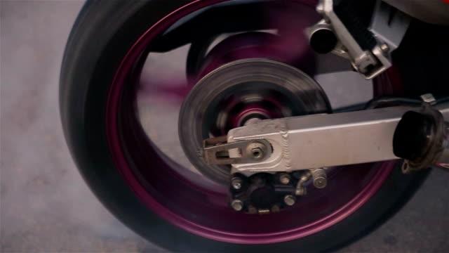 reifen brennen auf dem motorrad - asphalt stock-videos und b-roll-filmmaterial