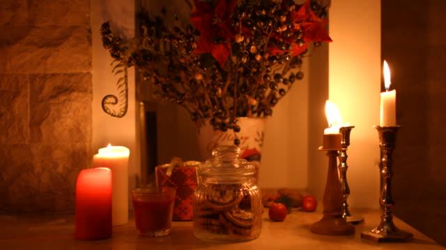 vidéos et rushes de combustion du bois dans la cheminée. - candlelight