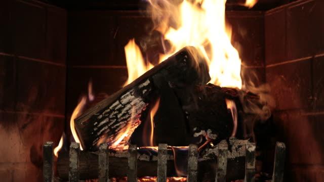 brinnande trä inuti eldstaden - eldstad byggnadsdetalj bildbanksvideor och videomaterial från bakom kulisserna