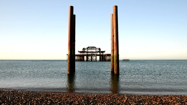 burnt brighton west pier im sunrise - brighton brighton and hove stock-videos und b-roll-filmmaterial