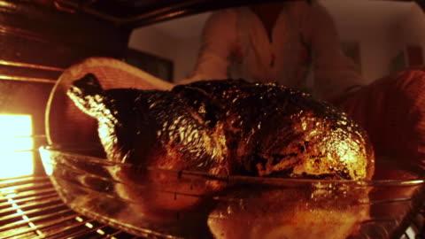 vídeos y material grabado en eventos de stock de quemado pollo en el horno con humo se eliminan tiro de dentro del horno - quemado