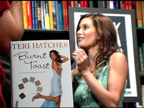 burnt toast atmosphere at the book signing of 'burnt toast and other philosophies of life' by teri hatcher at book soup in beverly hills california... - teri hatcher stock-videos und b-roll-filmmaterial