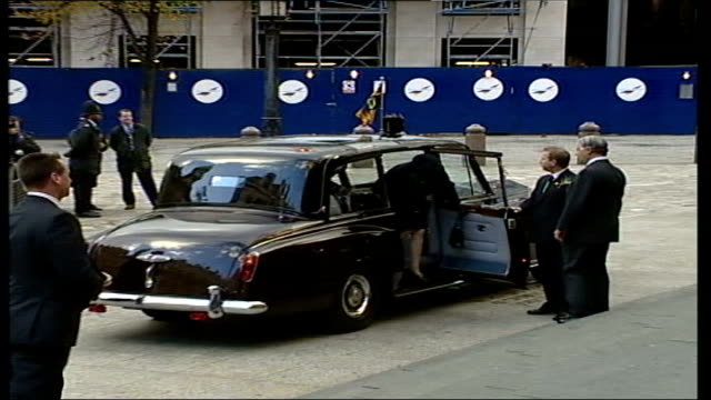 burrell trial collapse: futher revelations; lib london: ext queen elizabeth ii, prince philip and prince charles from car on arrival at memorial... - zoom out 個影片檔及 b 捲影像