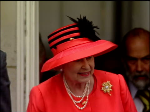 implications lib london members of the royal family on the balcony of buckingham palace during the golden jubilee celebrations and crowd gathered... - golden jubilee stock videos & royalty-free footage