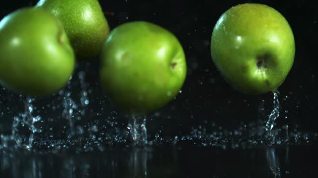 vídeos de stock e filmes b-roll de a burst or freshness - maçã