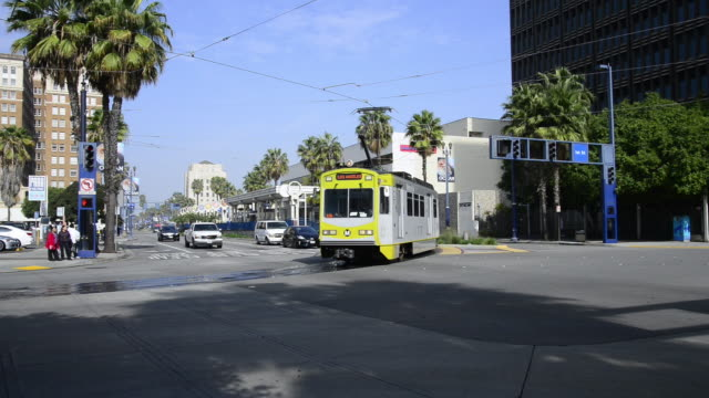 bus and metro in downtown long beach, california - straßenbahnstrecke stock-videos und b-roll-filmmaterial