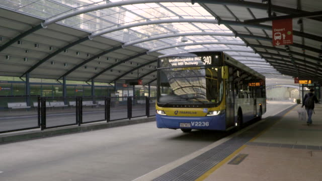 stockvideo's en b-roll-footage met bus bij een busstation - time lapse - station