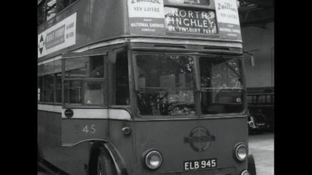 vídeos de stock, filmes e b-roll de a bus conductor and driver board their double decker bus at a depot - trocador