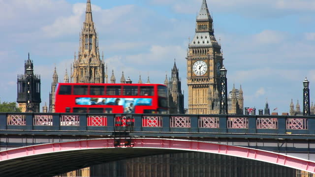 bus crossing lambeth bridge with the houses of parliament in the background. - autobus a due piani video stock e b–roll